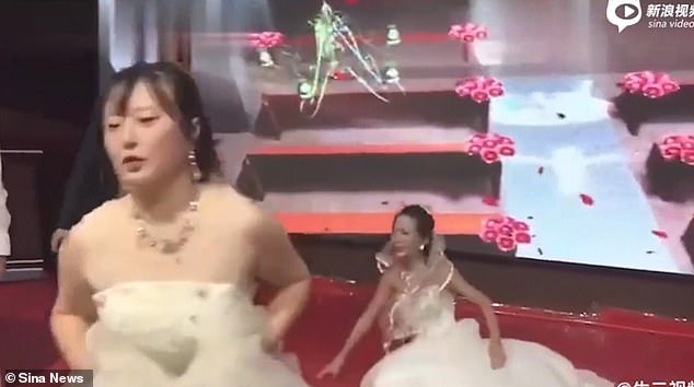 Guy's Ex Girlfriend Crashes Into His Wedding Wearing a Bridal Gown